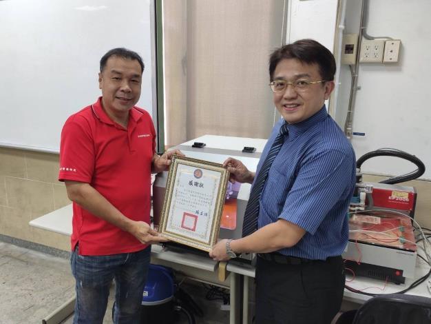 大安高工楊益强校長代表學校接受禾宇精密科技股份有限公司捐贈百萬儀器