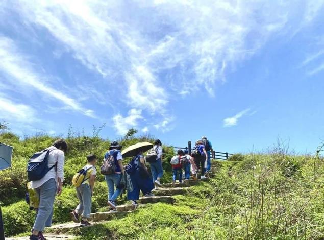 冷擎步道美麗的山景,體驗一路而上的石梯