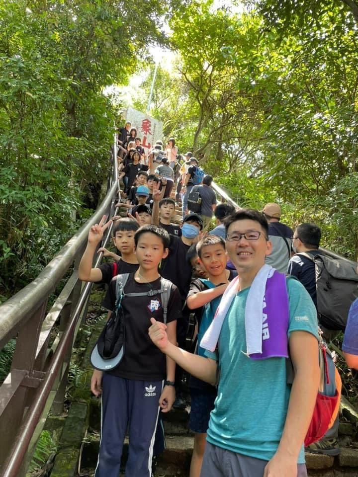 我們是大橋國小,我們爬上象山頂了!
