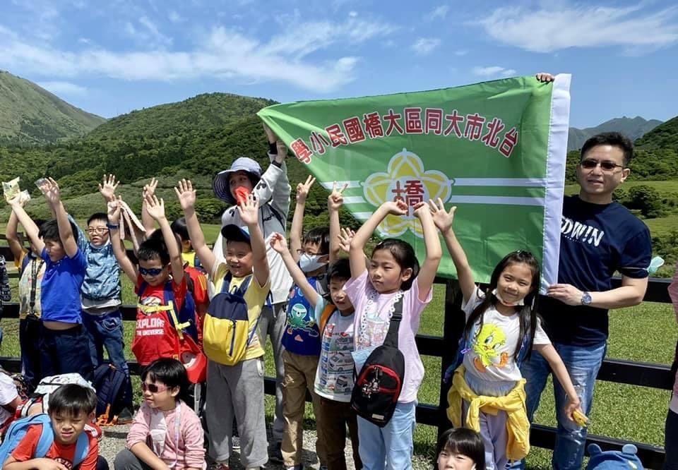孩子們在擎天崗山上忘情歡呼,我們爬上來囉!