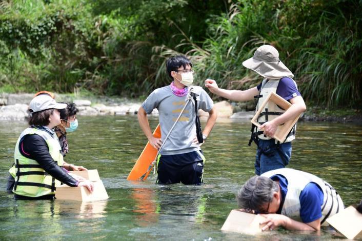04_運用水中觀察工具─「窺箱」,以不破壞自然的方法潛入水中觀察,認識溪流河蝦與水中生態