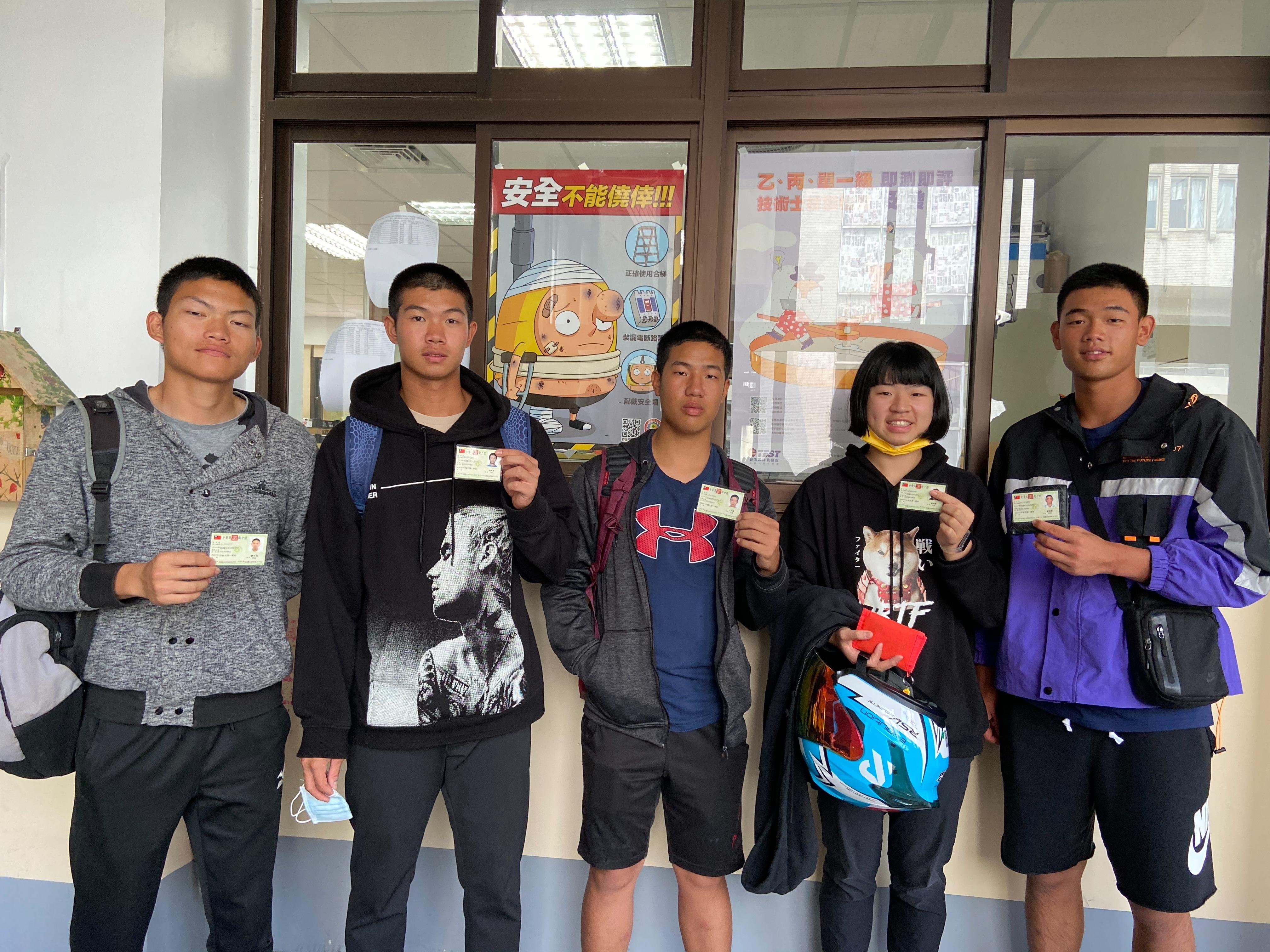 04取得技術士證照的學生於檢定現場合影