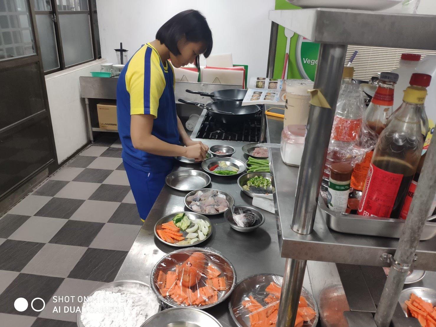02學生於烹調教室練習
