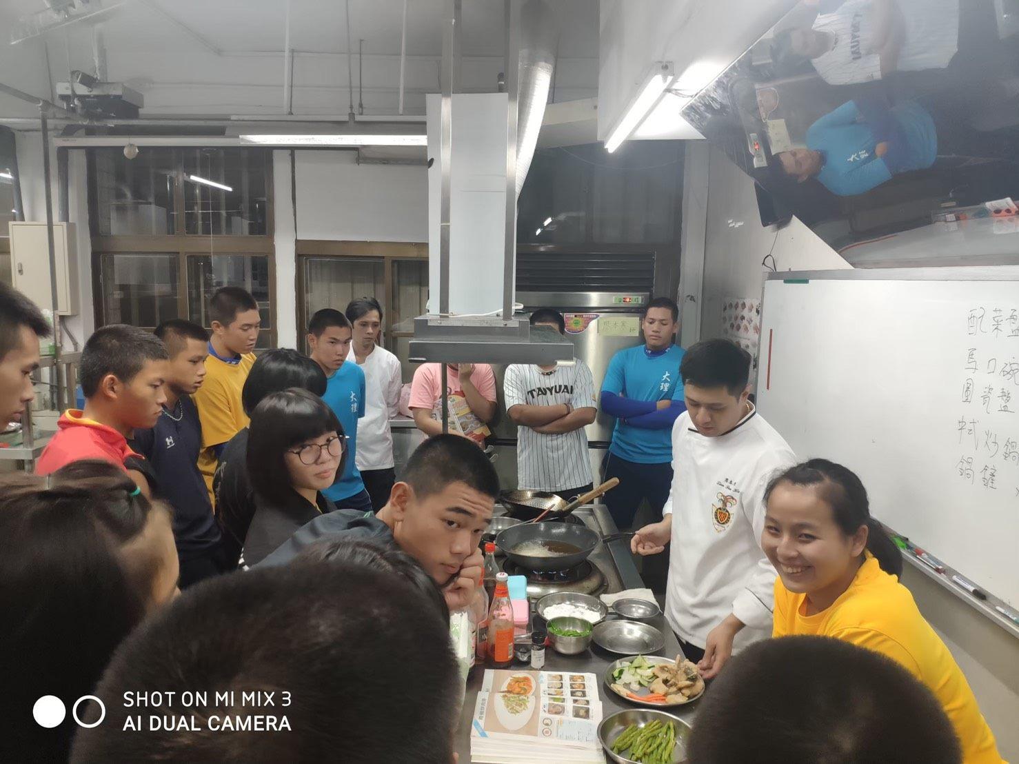 03學生於烹調教室接受廖本寒師傅夜間指導