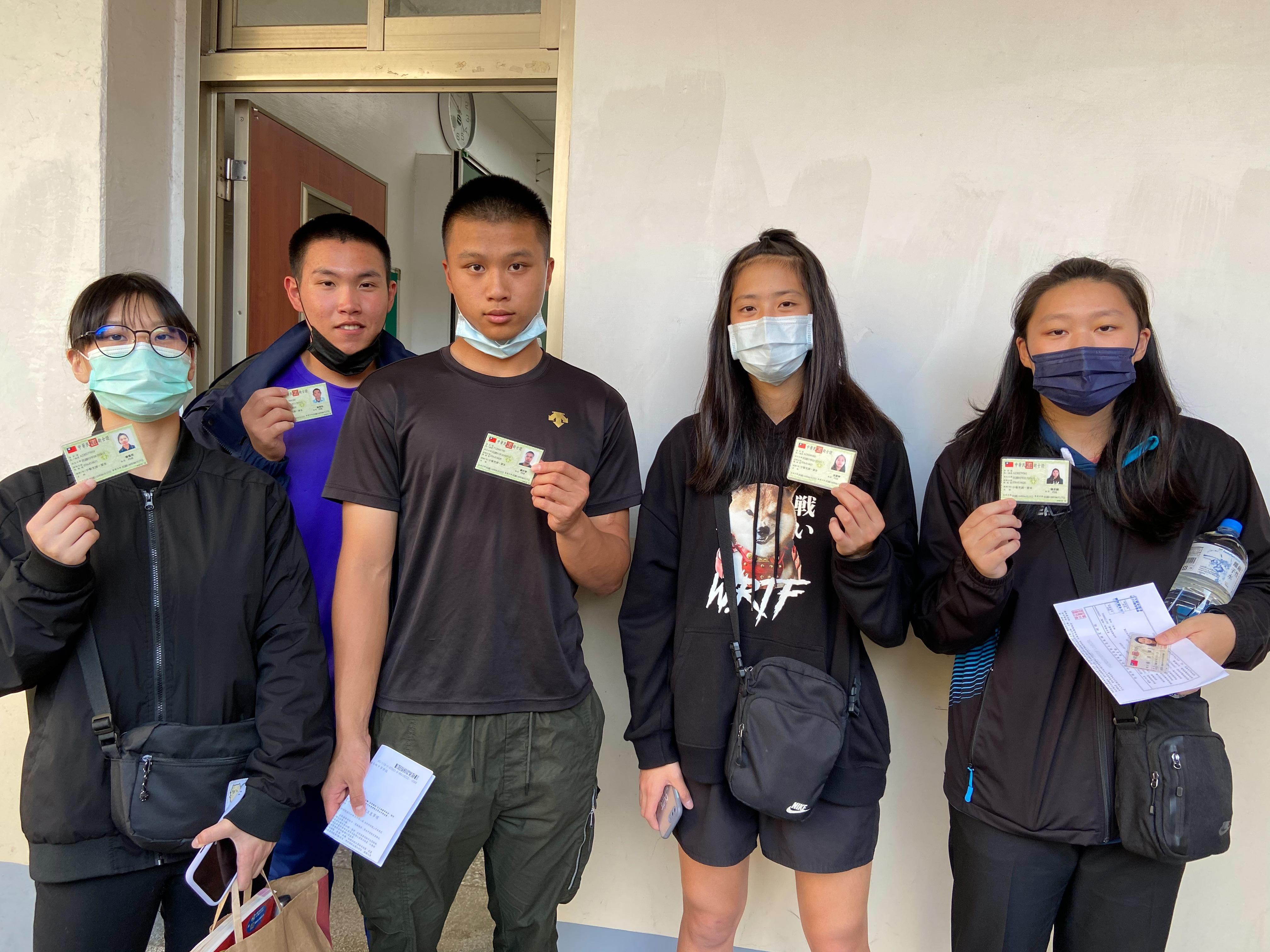 05取得技術士證照的學生於檢定現場合影
