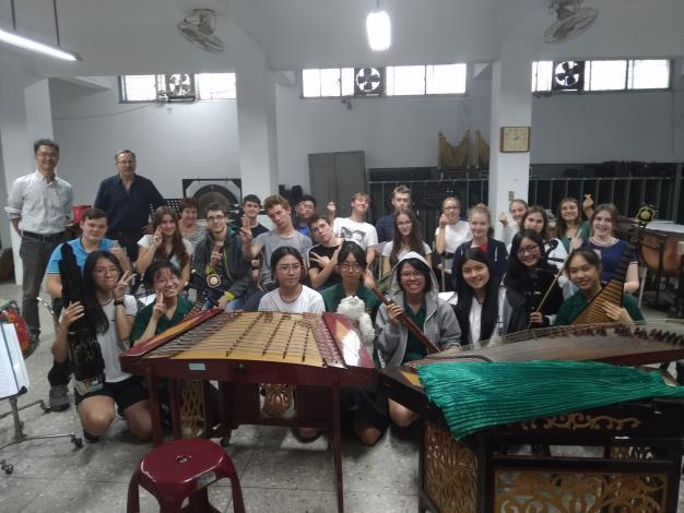 北一女中張哲榕老師帶著學生在校園中以音樂展演傳遞感恩與感謝、在醫院大廳用音樂為因病所苦的患者注入生命的希望