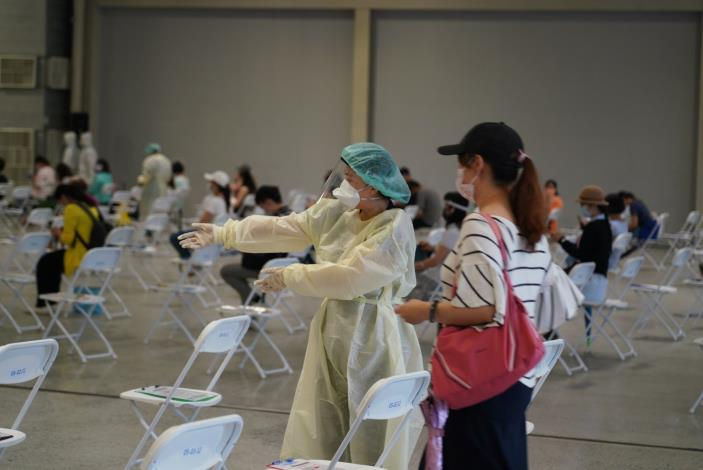 1100722臺北市國小階段教職人員於花博大型接種站施打疫苗