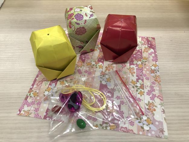 志清寄給新加坡彌陀學校師生製作天燈小吊飾材料包