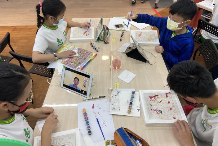 志清彌陀兩校學生專心為峇迪布畫上色