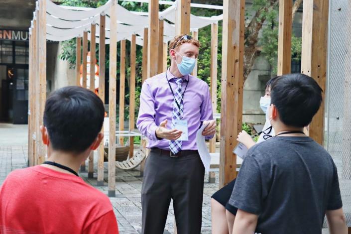 1-AIT外交官講師與學生討論松山菸廠歷史