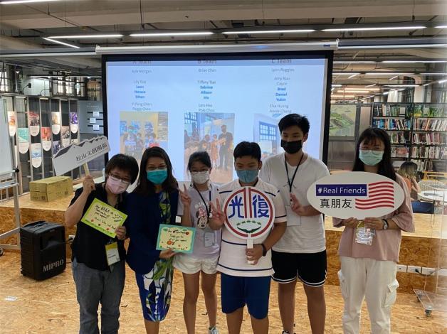 5-學生致贈松菸輔導員及AIT講師感謝卡
