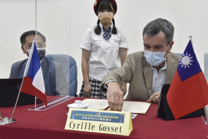 台北法國學校家長協會高西林理事(Cyrille Gosset)代表簽屬MOU.JPG