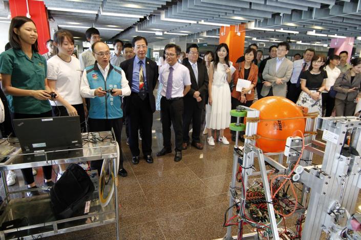 曾局長與北一女中FRC學生共同操作機器人