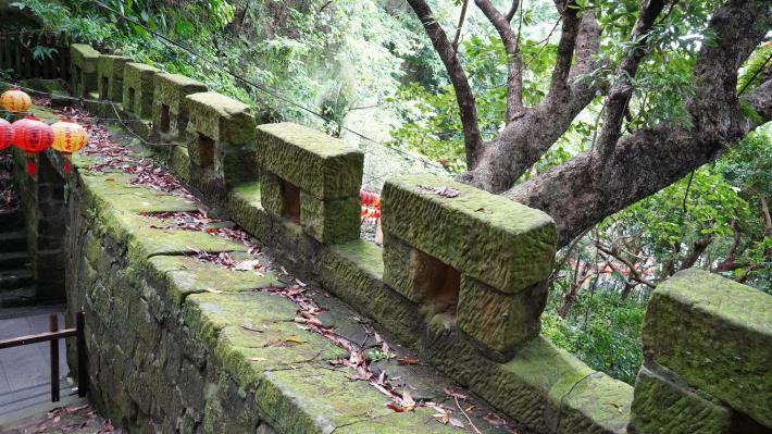 18牆垣由砂岩砌造而成,垣頂有石塊壘砌成雉堞及銃眼,雉堞之後為平坦的馬道,專供丁勇行走、護身及守衛之用.JPG