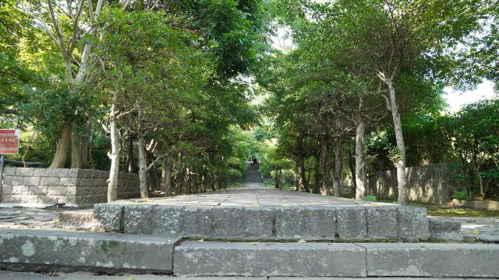 9-原芝山岩神社鳥居設置地點,兩旁綠蔭相伴,仍保有幽靜的氛圍.JPG