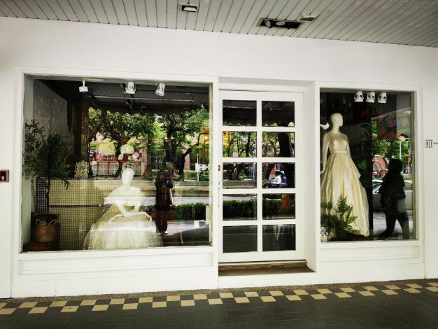 14精緻的新娘櫉窗及璀燦華美的禮服 吸引不少新人