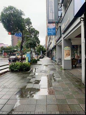 圖6.遇暴雨人行道及路面多處積水