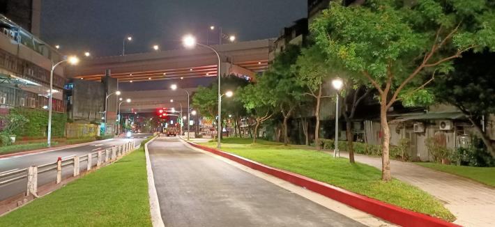 圖8-完工照片6:新闢市民大道6段(夜景)往5段方向