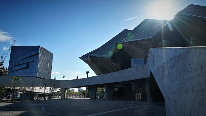 圖1北基地主廳館入口廣場及建築外觀