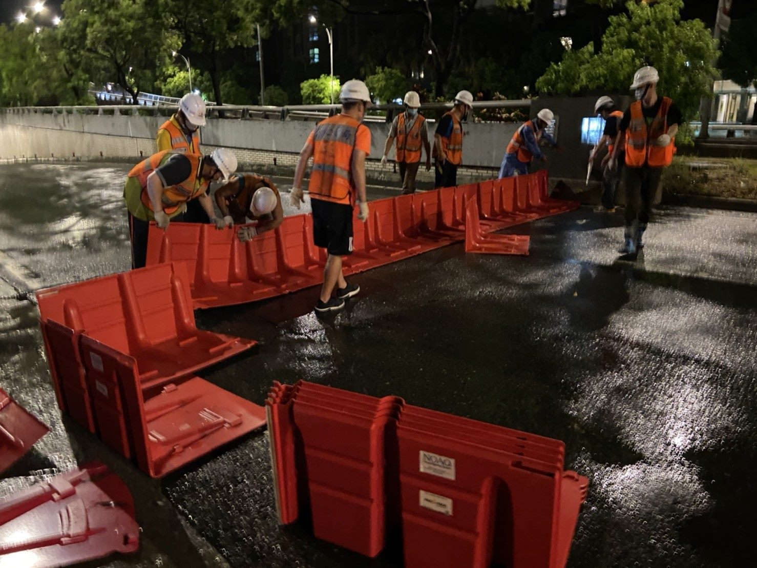 圖01-組裝活動式防洪板過程