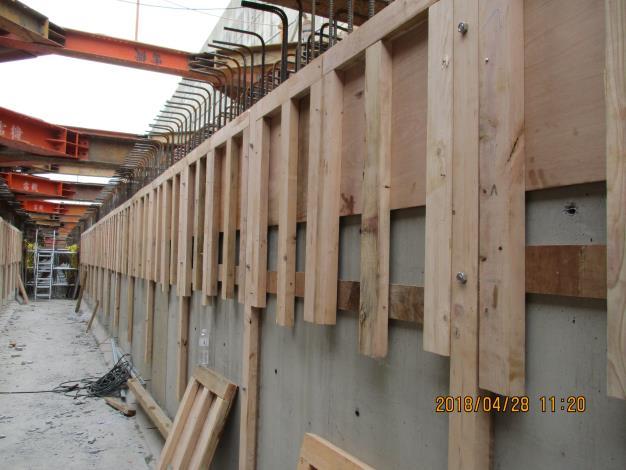 10704共管側牆頂板模組立.JPG