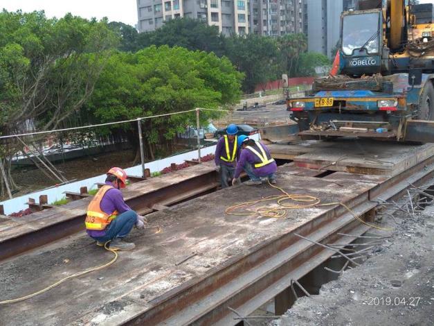 10804-南港端東側交通便橋覆工板拆除[開啟新連結]