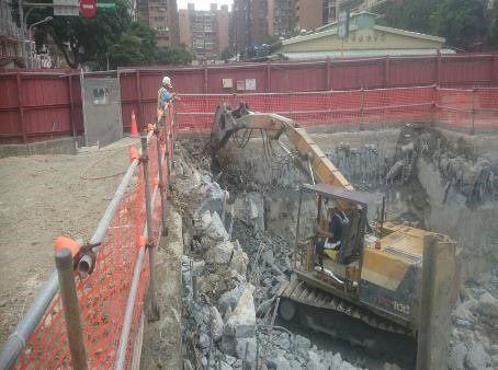 10810-連續壁頂部劣質混凝土破碎