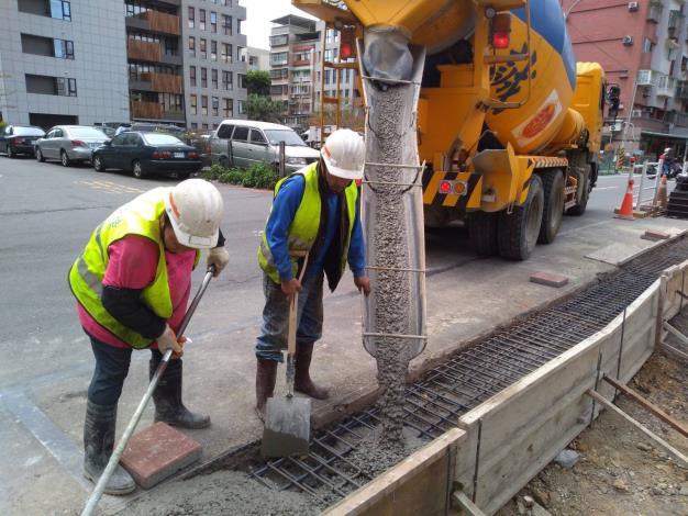 10902-側溝澆置混凝土