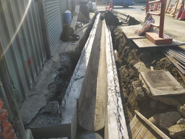 10904-4新設側溝底即側牆澆置完成