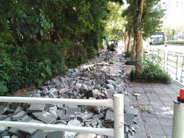 1090825-忠孝東路三段北側人行道破碎