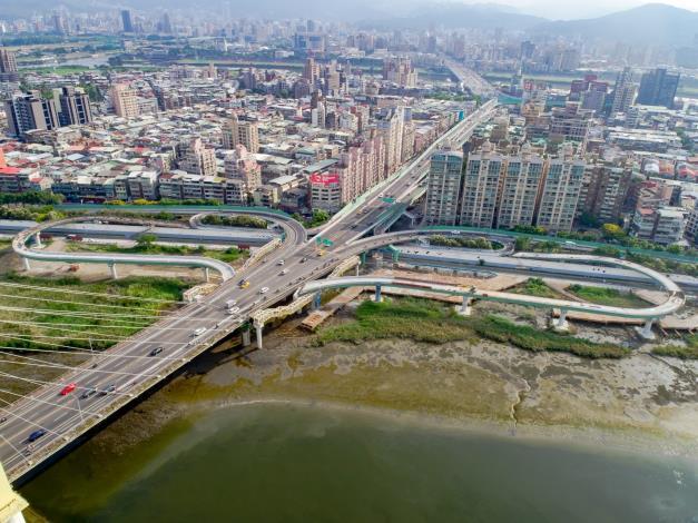 士林重陽橋機車引道彎度過大改善工程