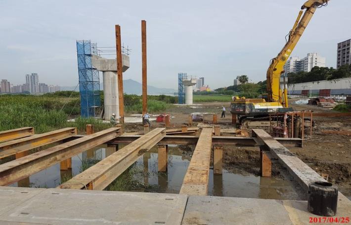 北側鋼樑鋼樑吊裝施工構台打設