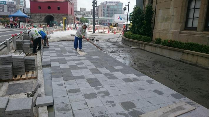 台北郵局前人行道高壓磚鋪設