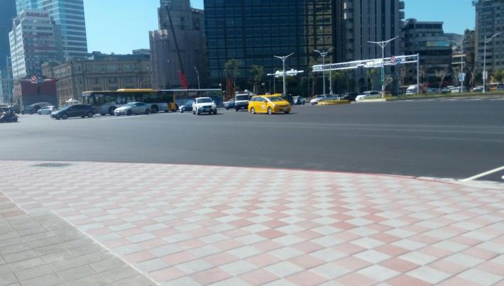 忠孝西路中華路口日統客運前人行道及瀝青混凝土路面完工照