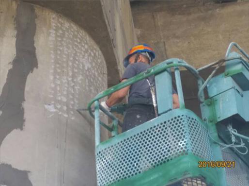 民權大橋墩柱混凝土表面打毛處理