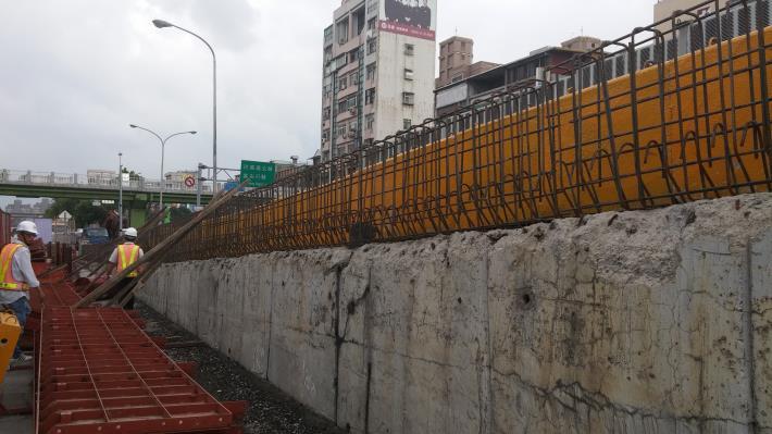 重慶北路上重陽橋匝道新設護欄鋼筋組立