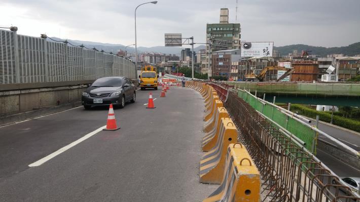 G匝道新設護欄鋼筋組立
