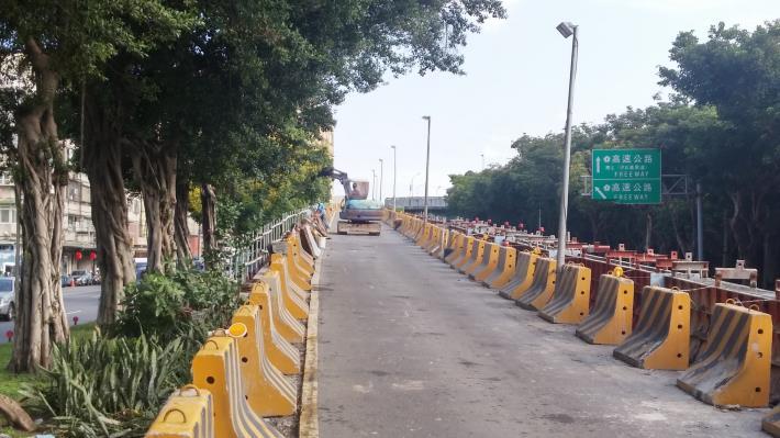 環河北路上重陽橋匝道護欄施作