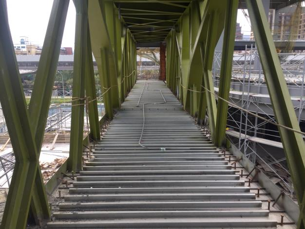 專科教室棟連接體育棟鋼構天橋施作