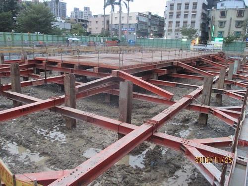 第一層水平支撐及構台施工作業