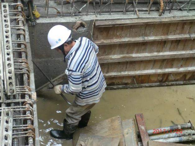 地梁混凝土澆置完成拆模