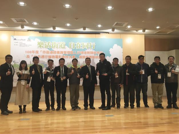 圖2.由工務局林主任秘書昆虎率領新工處獲得考評優異成績,與內政部營建署及社團法人中華鋪面工程學會合影。