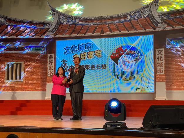 圖4規劃設計科科長郭玉仙代表中正橋工程受獎