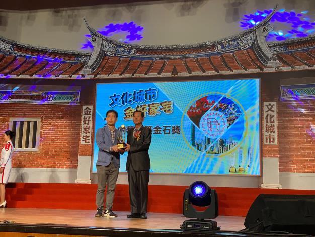 圖5建築工程設計科科長蕭志龍代表永建國小工程受獎