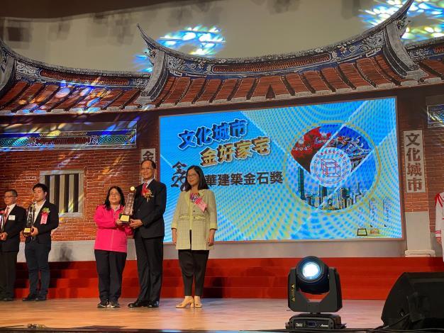 圖7規劃設計科科長郭玉仙代表中正橋工程受頒首獎