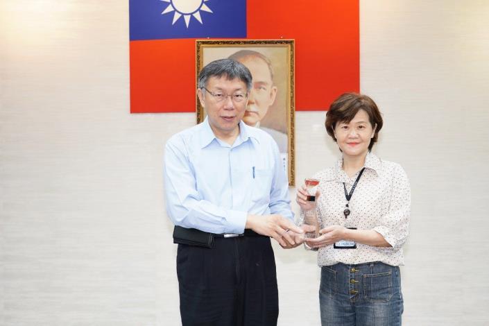圖1 柯市長頒發第八屆廉能透明獎-新工處曹美惠科長代表上台受獎
