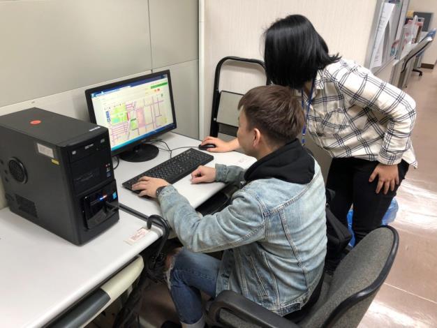圖7「臺北市申請使用道路網」友善服務櫃台,專責人員協助民眾申請