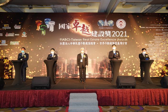 圖2 李惠裕副處長及周國平主任秘書代表新工處受獎(國家卓越獎)