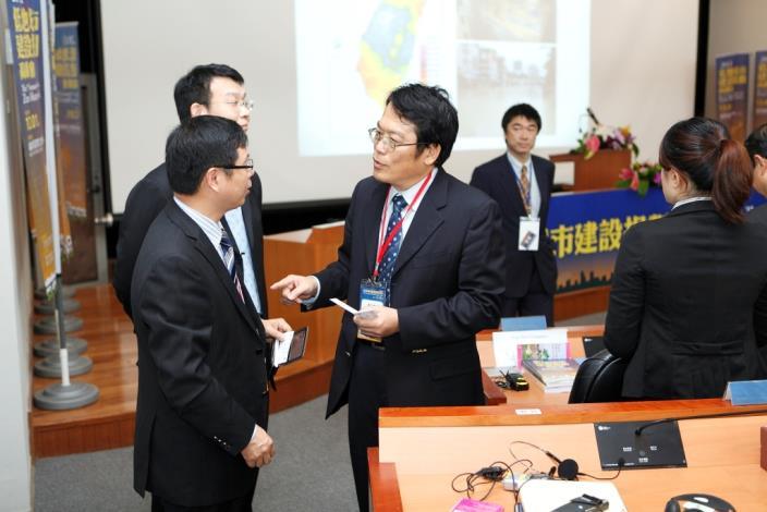 臺北市政府工務局李咸亨局長與上海代表經驗交流。Dr. Hsien-Heng Lee, Commissioner of Public Works Department, Taipei City Government exchanges views with the representative from Shanghai City.