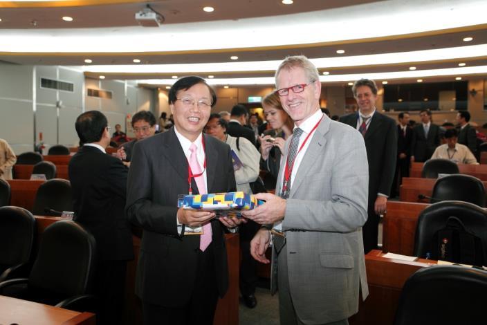 荷蘭北荷蘭省代表致贈禮品予臺北市政府,陳威仁副市長代表受贈。On behalf of Taipei City Government, Deputy Mayor Wei-Zen Chen receives a gift from the representative from North Holland Province, the Netherlands.